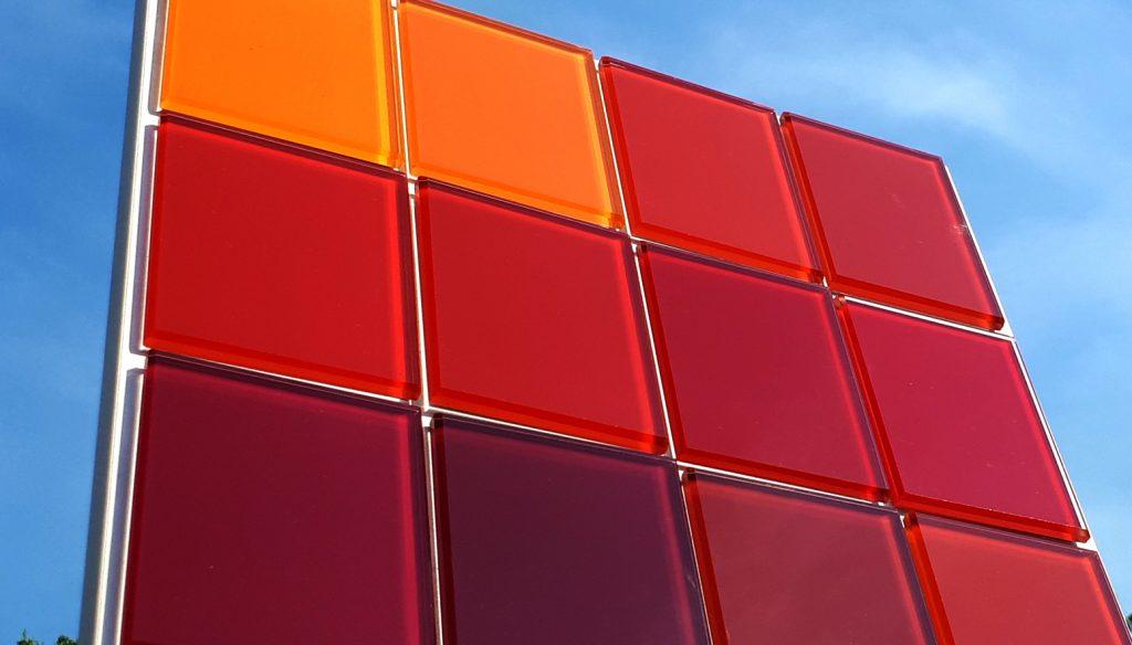 farbige-Glaeser-Spiegel-rote-Fassade